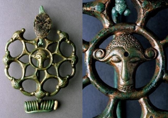Fibule ajourée en bronze et corail découverte dans la sépulture d'une princesse gauloise à Orainville (Aisne), datée des années 300-275 DOUBLE V.